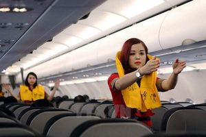 Khó hiểu với nữ hành khách 'chôm' áo phao trên máy bay