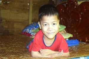 Chiếc giường gỗ đặc biệt ở cuối lớp và nghị lực phi thường của cậu bé viết chữ bằng miệng