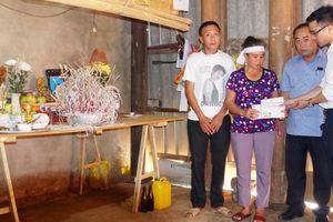 Báo Giao thông trao quà hỗ trợ 2 cháu bé mất cả bố mẹ vì TNGT