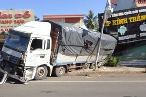 Mất phanh, tuột dốc, xe tải đâm sập nhà dân ở Bình Phước