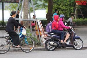 Người dân Hà Nội 'diện' áo khoác đón gió mùa đông bắc về