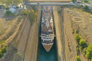 Thót tim nhìn cảnh du thuyền khổng lồ vượt xuyên qua kẽ hở siêu hẹp