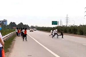 Hãi hùng với 'điểm đen' giao thông ở Việt Yên: Nơi công nhân hồn nhiên đi qua cao tốc