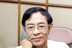 Thi sỹ Hoàng Nhuận Cầm thao thiết cùng 'Viết chờ sen lên' của tác giả Trần Nam Phong