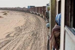 Xuyên sa mạc Sahara trên đoàn tàu hỏa dài nhất thế giới
