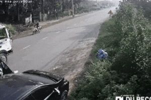 Clip: Mở cửa ô tô không quan sát làm xe máy ngã văng ra đường, 2 thanh niên suýt bị xe tải cán trúng