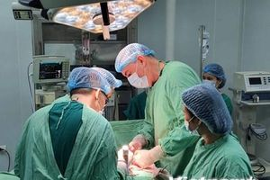Chuyên gia y tế Cuba 'giữ chân' người bệnh lại Quảng Bình