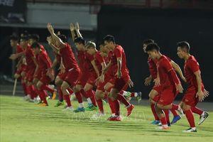 Đội tuyển Việt Nam làm quen với sân Kapten I Wayan Dipta