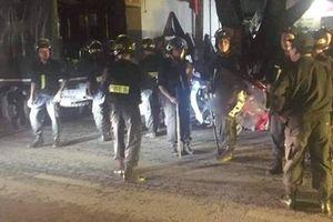 Hà Nội: Người đàn ông đập phá đồ đạc, chém 2 người thương vong rồi cố thủ trong nhà
