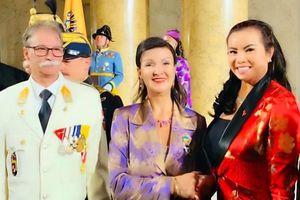 Hoa hậu Kim Hồng tặng sách giới thiệu về Việt Nam cho Nữ hoàng Áo