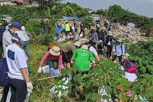 Chiến dịch làm sạch rác khu vực sông Hồng và cầu Long Biên
