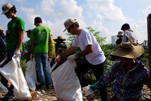 Đại sứ EU tại Việt Nam và các tình nguyện viên dọn rác dưới cầu Long Biên