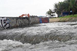 Cận cảnh nước thải hôi thối cuồn cuộn xé nát bờ biển Đà Nẵng sau trận mưa lớn