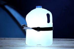 Người Nhật chế đèn từ chai nước, smartphone trong siêu bão Hagibis