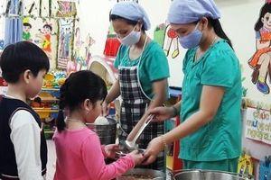 Sau sự cố nước mùi khét, trường học dùng nước bình nấu ăn cho học sinh