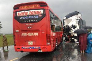 Xe khách va chạm xe tải, 1 người chết, 15 người bị thương