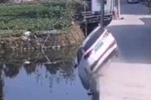 Cua ẩu, ôtô phơi bụng dưới kênh bên đường