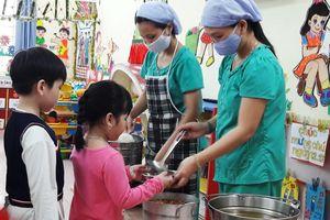 Sau sự cố nước khét lẹt, trường học dùng nước bình nấu ăn cho học sinh