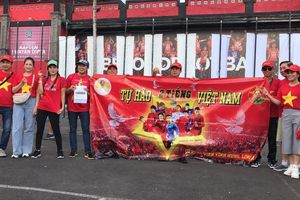 Cổ động viên Việt Nam tiếp lửa cho thầy trò Park Hang Seo ở Indonesia