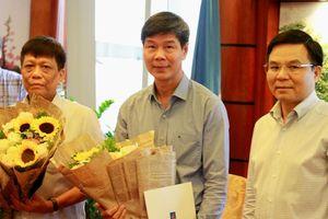 Tổng giám đốc PVN Lê Mạnh Hùng trao sổ hưu cho lãnh đạo Ban TKTD và Ban TC&QTNLN