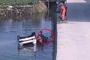 Tài xế vào cua ẩu, ô tô lao thẳng xuống kênh bên đường