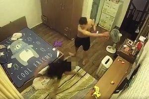 Chồng 'hờ' lột đồ, ghì đầu rồi đánh đập vợ dã man trước mặt con nhỏ