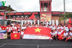 CĐV Việt Nam rộn ràng cổ vũ đội tuyển trong trận đấu gặp Indonesia
