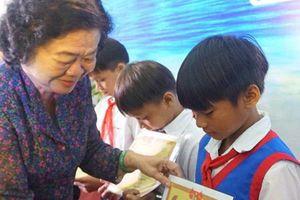 Bình Định: Trao học bổng Vừ A Dính cho học sinh miền núi và hải đảo