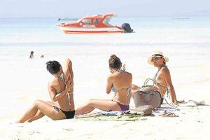 Du khách mặc bikini sợi dây, Philippines quyết dẹp khỏa thân
