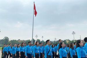 Đoàn đại biểu Thanh niên báo công và vào Lăng viếng Bác