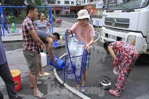 Nước miễn phí có mùi lạ, dân Linh Đàm bỏ tiền tự mua nước sạch