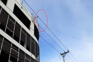 Đà Nẵng: 'Lạnh lưng' với cáp thép tời vật tư xây dựng băng qua dây điện 22kV!