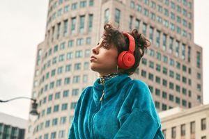 Apple ra mắt Beats Solo Pro: Khử tiếng ồn, có thể gấp gọn, giá từ 300 USD