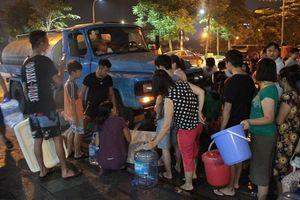 Hàng trăm cư dân Hà Nội khốn khổ nửa đêm xếp hàng chờ lấy nước sạch sau khi nước sông Đà nhiễm dầu bẩn