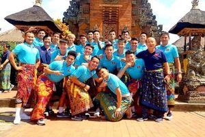 HLV Park cùng học trò rủ nhau 'mặc váy' truyền thống của Indonesia đi tham quan đảo Bali