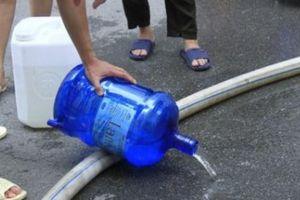 Hà Nội: Nước miễn phí có mùi tanh, cư dân bức xúc đổ tại chỗ
