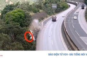 Video xe tải mất lái lao thẳng xuống vách núi sâu 80m