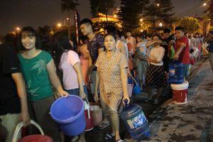 Dân Hà Nội rồng rắn xếp hàng trong đêm đợi lấy từng xô nước sạch miễn phí