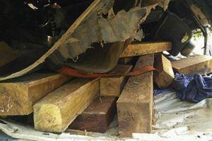 Xe chở gỗ lật úp, hai vợ chồng tử nạn trong cabin