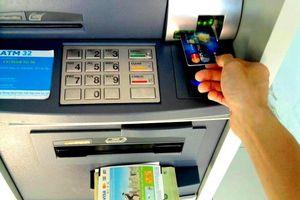 Đánh tráo thẻ ATM, rút trộm tiền