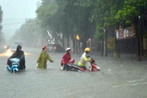 Giúp dân giữa mùa mưa ngập