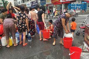 Công ty nước sạch sông Đà cấp nước trở lại: Người dân vẫn mang xoong nồi, xe nôi xếp hàng chờ nước sạch