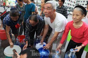 Khủng hoảng nước sạch tại Hà Nội: Khổ như 'thời bao cấp'