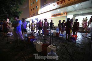 Dân chung cư Hà Nội xuyên đêm chờ lấy nước sạch