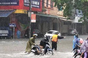 Thanh niên tình nguyện dầm mưa cứu trợ người dân tại rốn lũ chợ Vinh