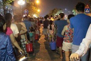 Dân Hà Nội xếp hàng thâu đêm trực chờ hứng nước sạch