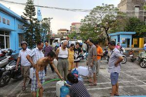 Người dân Hà Nội kẽo kẹt 'xe kéo' đi lấy nước