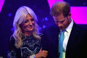 Dự sự kiện cùng với vợ, Hoàng tử Harry suýt bật khóc khi nhắc đến Meghan Markle trong bài phát biểu của mình nhưng bị chê là 'giả tạo'