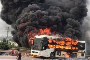 Xe khách cháy ngùn ngụt, mở cao tốc Bắc Giang - Lạng Sơn 'giải cứu' ùn tắc