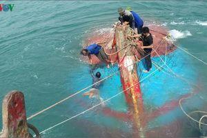 Quảng Nam trục vớt tàu cá chở 12 ngư dân bị chìm ở biển Cù Lao Chàm